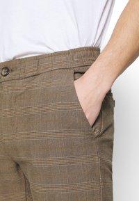 Redefined Rebel - KING PANTS - Chino kalhoty - brown - 5