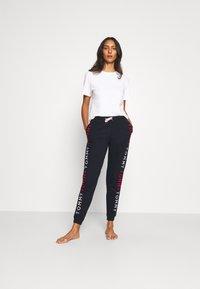 Tommy Hilfiger - TRACK PANT - Spodnie od piżamy - desert sky - 1