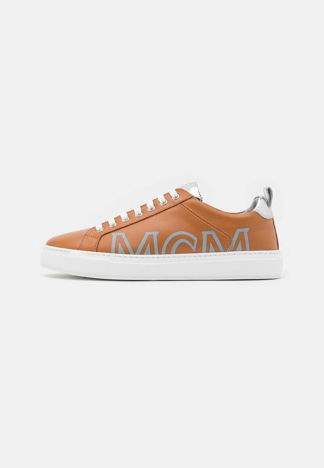 Trainers - cognac/silver