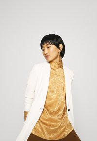 Closet - CLOSET HIGH NECK BLOUSE - Blouse - gold - 4