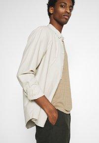 Selected Homme - SLHMORGAN O-NECK TEE - T-shirt basique - petrified oak - 4
