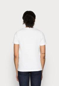 Tommy Hilfiger - HERITAGE CREW NECK GRAPHIC TEE - T-shirt z nadrukiem - classic white - 2