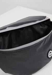 Hype - BUMBAG - REFLECTIVE CHARCOAL - Handbag - black - 5