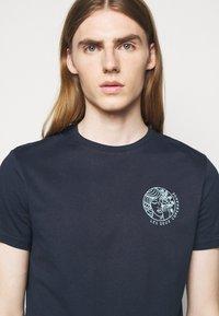 Les Deux - ASISSI - Print T-shirt - dark navy - 4