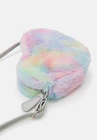 Lindex - BAG RAINBOW HEART UNISEX - Taška spříčným popruhem - light pink - 3
