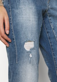 Herrlicher - SHYRA CROPPED STRETCH - Relaxed fit jeans - blend destroy - 5