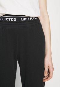 Hollister Co. - LOGO  - Teplákové kalhoty - black - 7