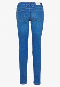 CLOSED - BAKER LONG MID WAIST REGULAR LENGTH - Slim fit jeans - mid blue - 1