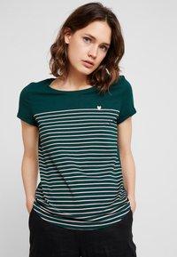 TOM TAILOR DENIM - PRINTED STRIPE TEE - T-shirt med print - green/rose - 0