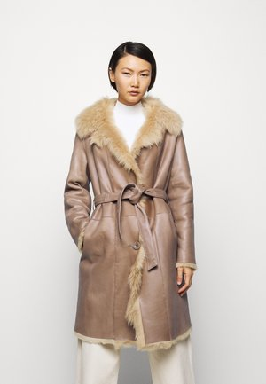 RIKE SHEARLING COAT - Abrigo - camel/light camel