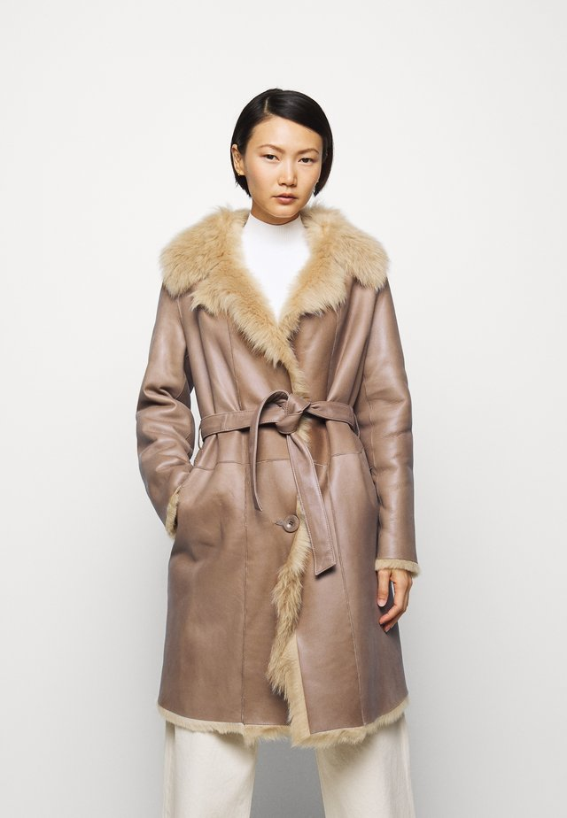 RIKE SHEARLING COAT - Wollmantel/klassischer Mantel - camel/light camel