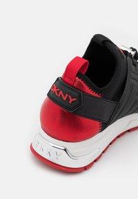 DKNY - MISTI LACE UP  - Tenisky - black/red - 6