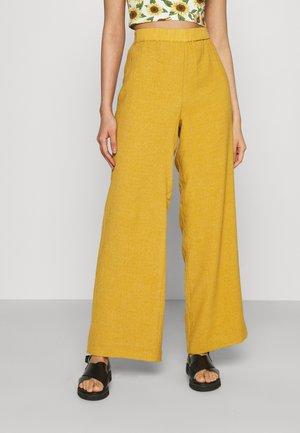 PANTS - Pantalones - mustard