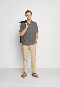 TOM TAILOR DENIM - JOGGER - Cargo trousers - beach sand - 1