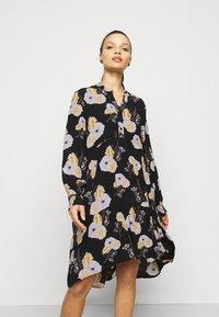 Pieces Petite - PCNADI  - Denní šaty - black/flowers - 0