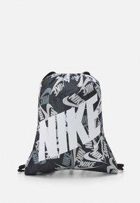 Nike Sportswear - KIDS GRAPHIC GYM SACK UNISEX - Sportovní taška - black/white - 0
