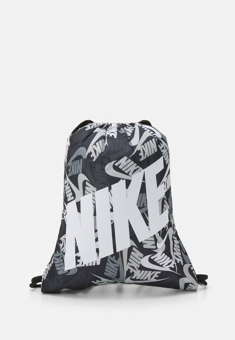 Nike Sportswear - KIDS GRAPHIC GYM SACK UNISEX - Sportovní taška - black/white