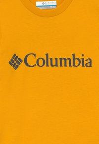 Columbia - BASIC LOGO YOUTH SHORT SLEEVE - T-shirt z nadrukiem - bright gold - 3