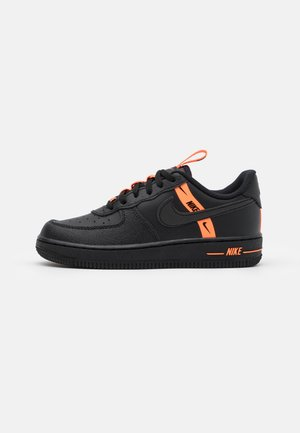 FORCE 1 LV8 UNISEX - Sneakersy niskie - black/total orange