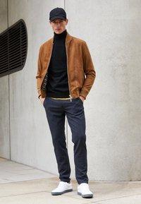 Selected Homme - SLHSLIM STORM FLEX SMART PANTS - Pantalon classique - dark sapphire/check - 4