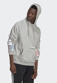 adidas Originals - ADICOLOR TRICOLOR TREFOIL HOODIE UNISEX - Luvtröja - mgreyh - 2