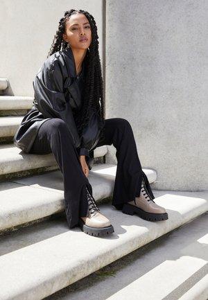 Platform ankle boots - taupe/black