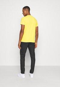 Replay - TEE - Basic T-shirt - yellow - 2