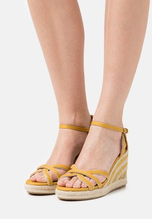 LOUISA - Sandalen met plateauzool - tex mostaza