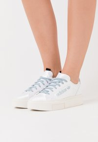 adidas Originals - SLEEK SUPER - Sneakersy niskie - footwear white/offwhite/copper metallic - 0