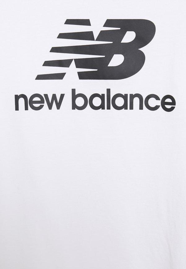 New Balance ESSENTIALS STACKED LOGO - T-shirt z nadrukiem - white/biały Odzież Męska USPY