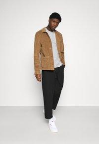 Calvin Klein Jeans - TEE 3 PACK  - T-shirt basic - black/grey/beet red - 1