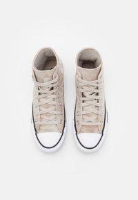 Converse - CHUCK TAYLOR ALL STAR SUMMER DAZE UNISEX - Sneakersy wysokie - string/white/honey - 3