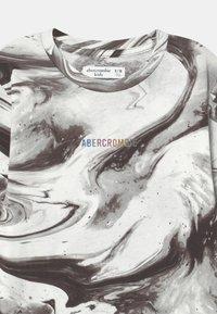 Abercrombie & Fitch - NOVELTY PATTERN - Langærmede T-shirts - black pattern - 2