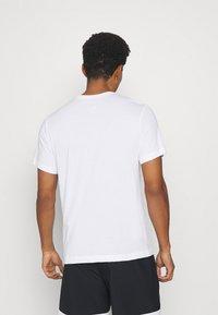Nike Performance - TEE TRAINING - T-shirt med print - white - 2