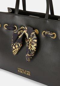 Versace Jeans Couture - PRINTED FOULARD - Torba na zakupy - nero - 5