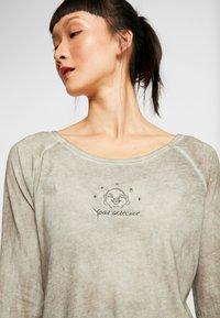 Yogasearcher - KARANI - Long sleeved top - grey - 3