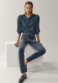 Massimo Dutti - AUS MICROCORD MIT HALBHOHEM BUND - Jeans Skinny Fit - blue - 5