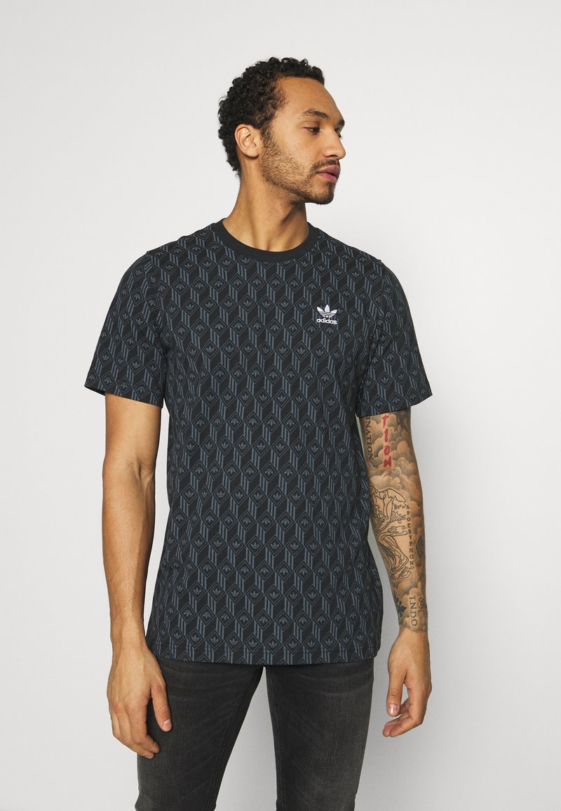 adidas Originals - MONOGRAM SHORT SLEEVE GRAPHIC TEE - Camiseta estampada - black/boonix
