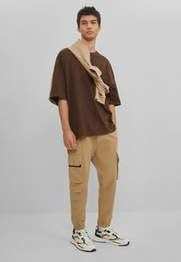 Bershka - Basic T-shirt - brown - 1