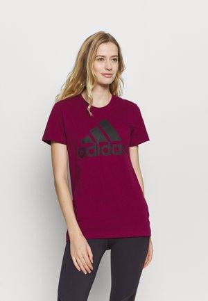 BOS TEE - Print T-shirt - berry