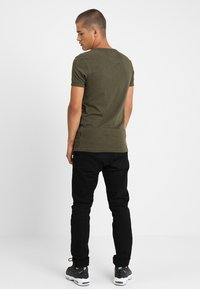 CHASIN' - BASE - Basic T-shirt - green - 2