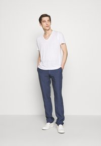120% Lino - V NECK - T-shirt basic - white solid - 1