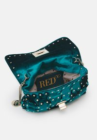 Red V - Clutch - peacock - 2