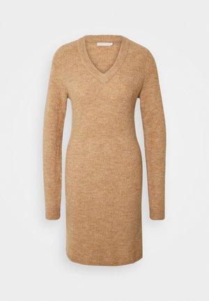 PCELLEN  VNECK - Pouzdrové šaty - natural