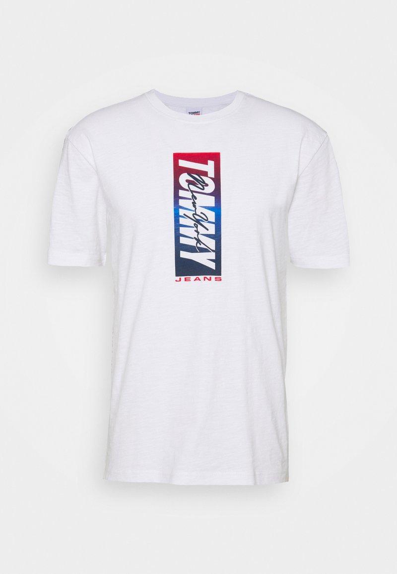 Tommy Jeans - VERTICAL FRONT LOGO BOX TEE - Triko spotiskem - white