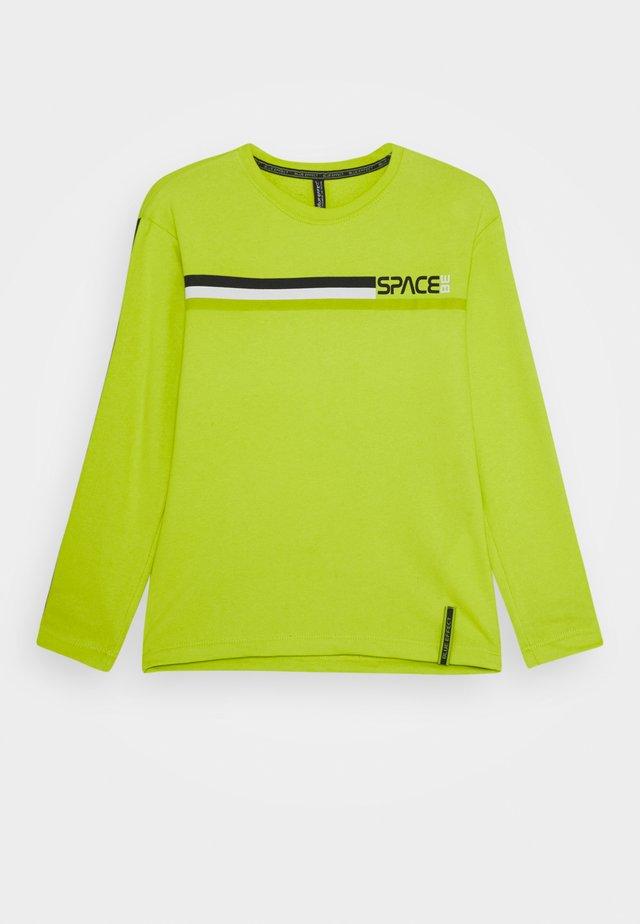 BOYS LONGSLEEVE SPACE - Langærmede T-shirts - neon apfel reactive