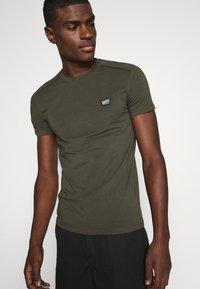 Antony Morato - SUPER SLIM FIT - Basic T-shirt - green - 3