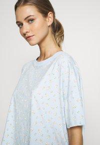 Monki - TOVA SET - Pyjama set - blue light rosey - 3