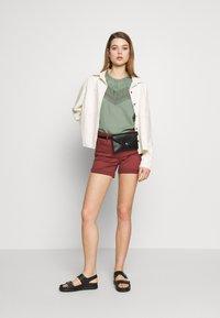 Vero Moda - VMHOT SEVEN MR FOLD SHORTS COLOR - Denim shorts - sable - 1