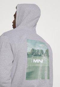 Mennace - CLUB TENNIS COURT HOODIE UNISEX - Sweatshirt - grey marl - 3